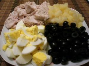 Нарезанные продукты для салата с курицей и ананасами
