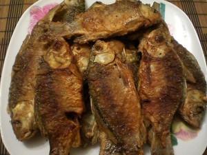 Жареная рыба карась