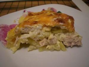 Кусочек картофеля с мясом курицы запеченного под сыром