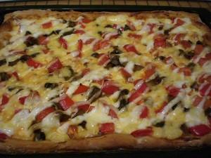 Готовая пицца с грибами и сыром