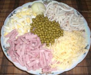 Ингредиенты для салата из кальмаров с ветчиной