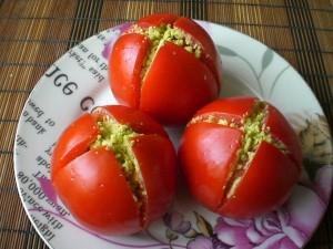 Фаршированные авокадо и креветками помидоры