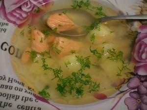 Рисовый суп с красной рыбой форелью