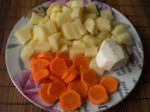 картофель, морковь, сельдерей на грибной постный суп