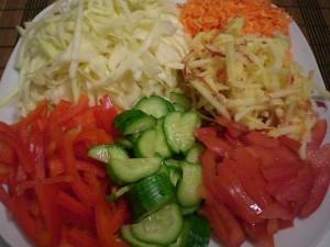 нарезанные овощи на салат из капусты