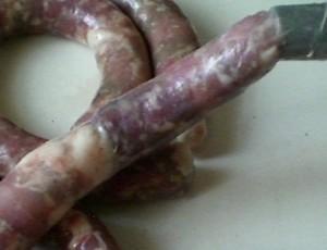 начинить мясом колбасу