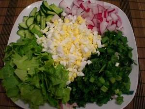 нарезанные продукты для весеннего салата с черемшой