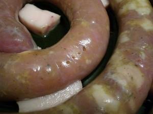 проколоть колбасу из индейки вилкой