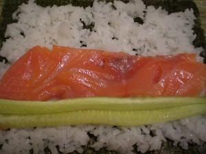 семга, огурец на рисе внутрь