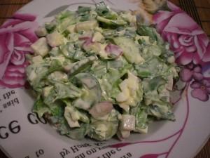 весенний салат с черемшой и сметаной