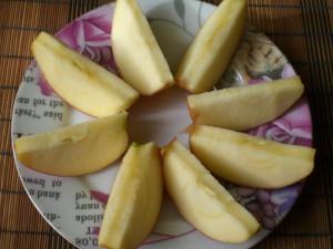 дольки яблока для оладей
