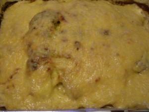 готовая запеченная рыба в сметане под сыром