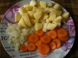 картофель, лук, морковь для супа с галушками
