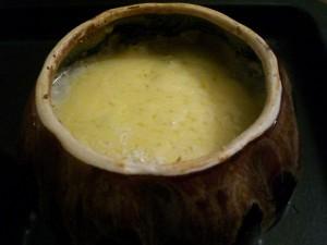 мясо в горшочке под сыром со сливками