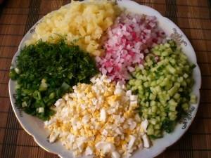 нарезанные продукты для окрошки с консервой в томатном соусе