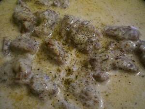 посолить, добавить приправы к мясу со сливками