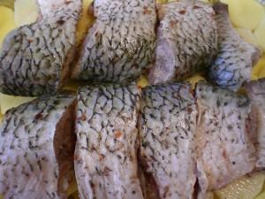 выкладываем кусочки рыбы на картофель