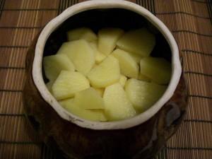 выложить картофель на мясо и лук