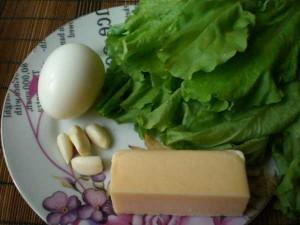 яйцо, сыр, чеснок, листья салата для трубочек