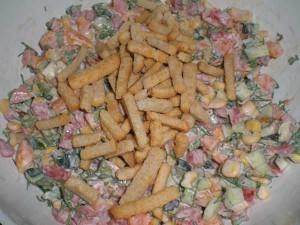 добавить сухарики в салатик
