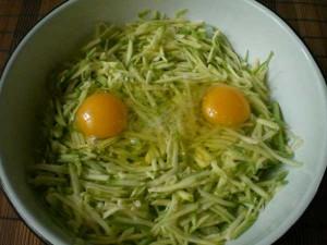 натереть и добавить яйца в кабачки