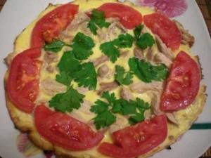 омлет с курицей и томатами
