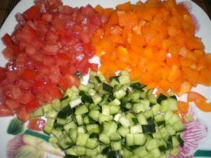 овощи, нарезанные кубиками для салатика