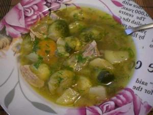 суп с брюссельской капустой на мясном бульоне