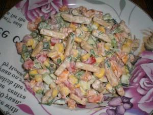 свежий салатик с сухариками и кукурузой