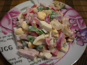 летний салат с ветчиной и яйцами