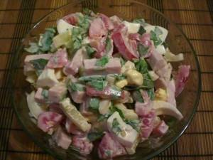 салат с помидорами, ветчиной и яйцами