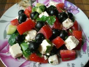 свежий салат с маслинами и сыром фета