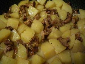тушить картофель с лисичками до готовности