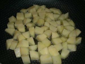 картофель обжарить до полуготовности