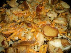 обжарить грибы, морковь и лук