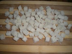нарезать кубиками белый хлеб