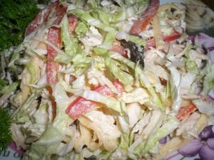 капустный салат с курицей и грибами